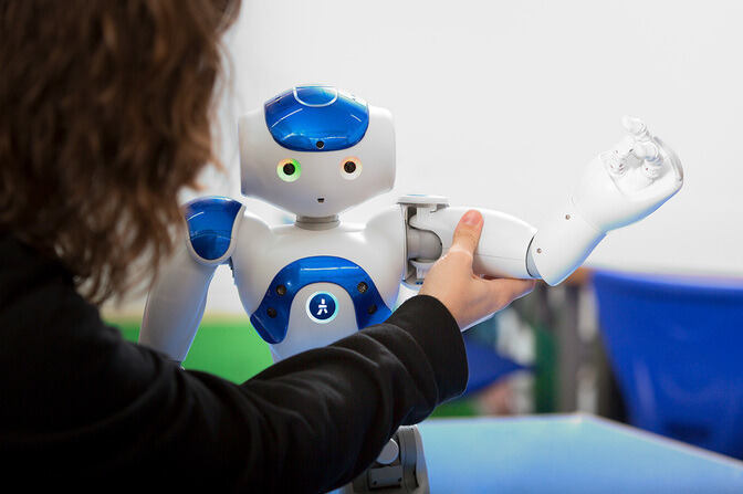 Student working with a nao robot